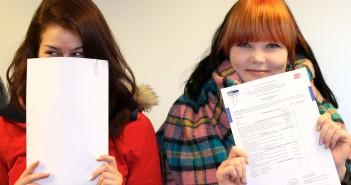 Schülerinnen der Euro Akademie mit Zeugnis der Fachhochschulreife