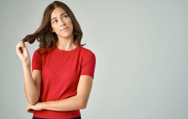 Körpersprache: Mit den Haaren spielen – so machen Sie einen unsicheren Eindruck