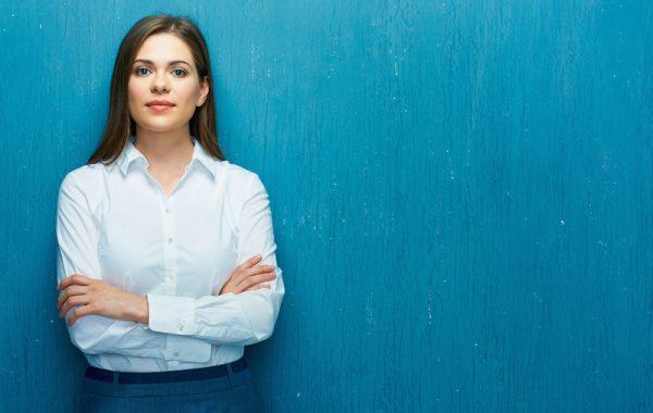 Körpersprache: Verschränkte Arme lassen Sie distanziert erscheinen