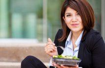 Gesund und lecker: ein Salat in der Pause