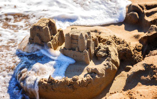 Eine Sandburg bauen