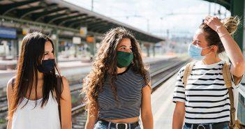 Drei junge Frauen ohne Corona-Angst am Bahnhof