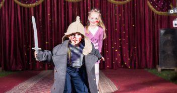 Beim Theater können Kinder in andere Rollen schlüpfen